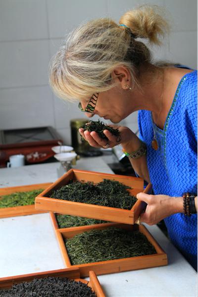 Arlette Rohmer en train de sentir différents thés