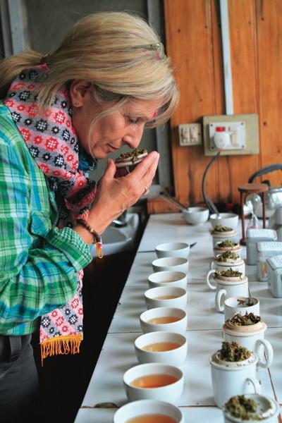 Arlette Rhomer à une dégustation de thés
