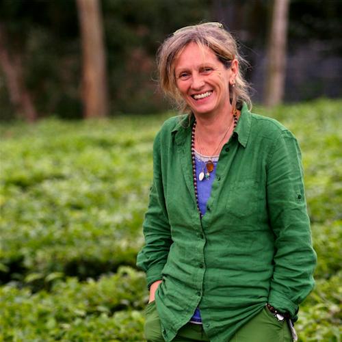 Arlette Rohmer dans une plantation de thé
