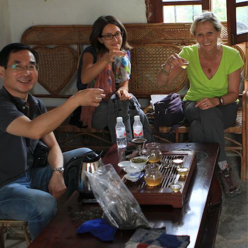 Arlette Rohmerbuvant du thé avec des amis autour de son bâteau à thé