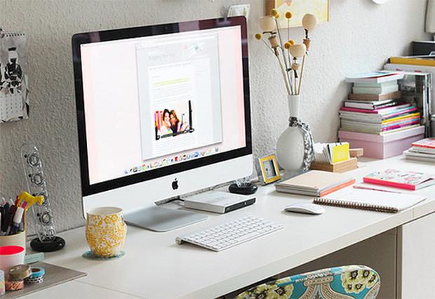 Un bureau, un ordinateur et une tasse de thé