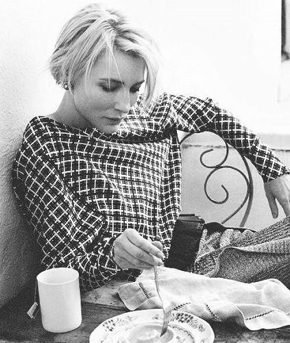 Cate Blanchette buvant une tasse de thé