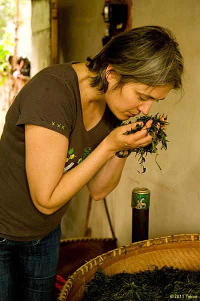 Valérie Peyre choisit un thé, directement à la plantation