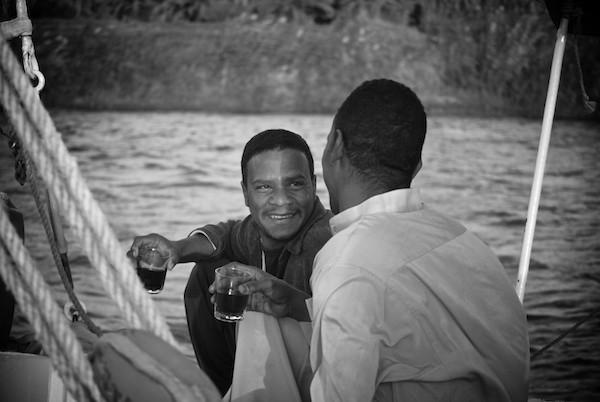 Deux Nubiens buvant du thé dans une felouque