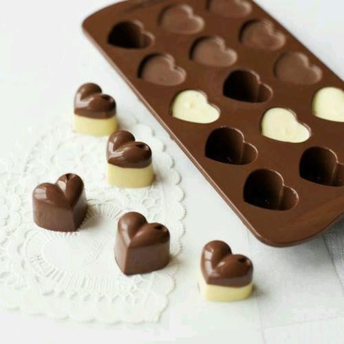 Des chocolats en forme de coeur et leur moule