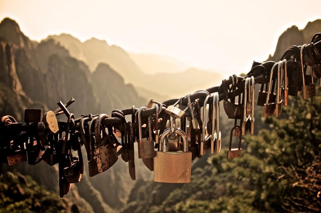 Des cadenas d'amoureux accrochés sur une chaîne dans les montagnes