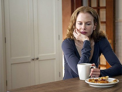 Nicole Kidman buvant un capuccino