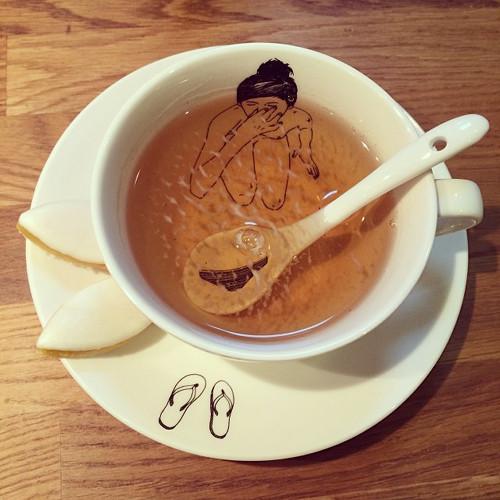 Dans une tasse de thé remplie de Faust'in