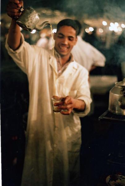 Tirer le thé au Maroc