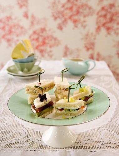 Des petits sandwichs et une tasse de thé pour un five o'clock tea