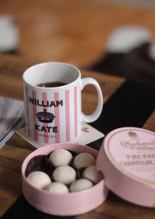 Une tasse William & Kate et une boîte de sucreries